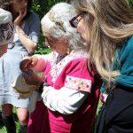 Abuela insegna il ricamo